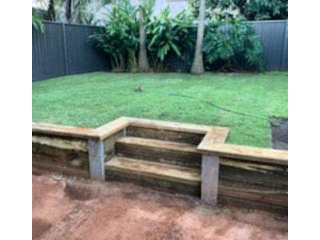 Retaining wall with steps and a full returf - 4